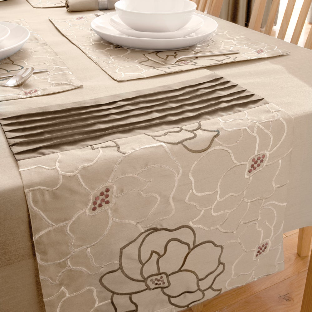 Natural Scattered Flowers Collection Table Runner
