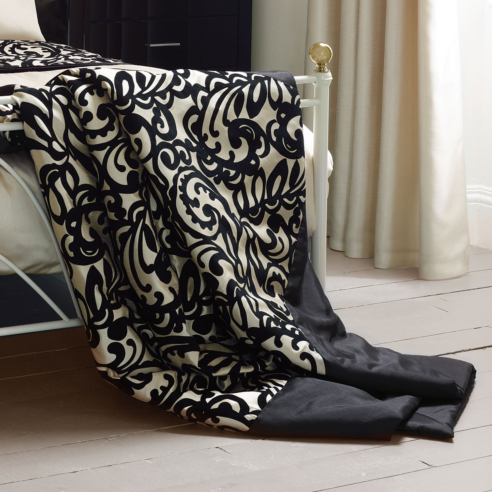 Black Baroque Flock Bedlinen Collection